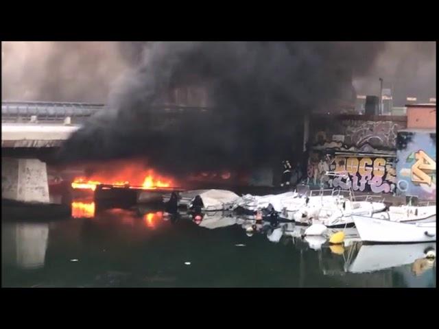 Imbarcazione a fuoco sotto il ponte dei Mille. L'intervento dei Vigili del Fuoco