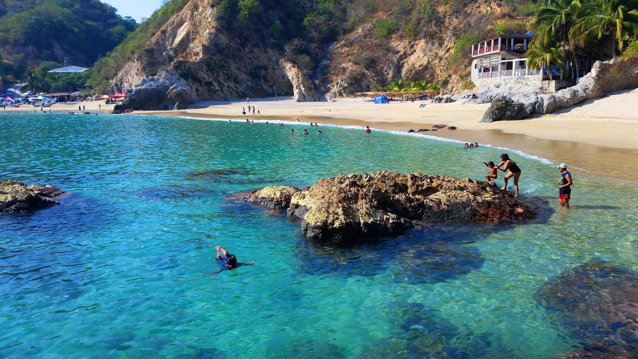 vista de la playa de Maruata donde se localiza el Dedo de Dios