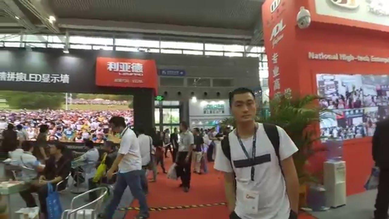 caminando en una feria en hong kong