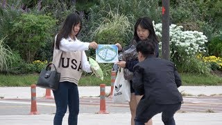 figcaption 노안 몰래카메라 ㅋㅋ Far-Sighted Old Man Prank (ENG CC)