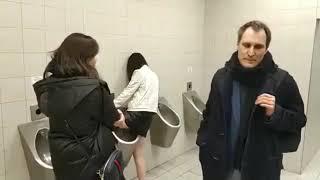 Баба ссыт в мужском туалете в писуар ))