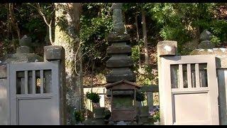 源頼朝の墓です。 階段下の平地が鎌倉幕府の跡だと書いてあります。 @br...
