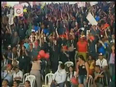 ¿Desesperado por votos? Maduro firma contrato colectivo de Sidor