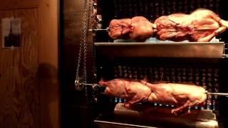 Гусь на гриле Ужин на ферме Пресс для утки Сок из гуся Ресторан для гурманов в Саксонии.