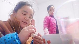 苗阿朵美食#猪肉#饺子今天给家人做饺子吃,150元猪肉,6斤饺子皮,4岁侄...