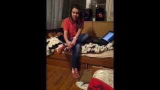 девочка круто читает рэп для мамы