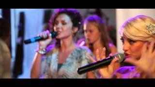 Невеста поет песню жениху. Смотрим красивое свадебное видео!
