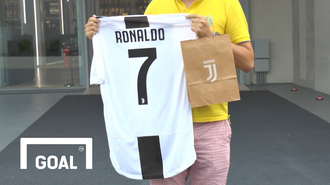 purchase cheap d6f14 5bfa7 Video: The first EVER Cristiano Ronaldo Juventus shirt ...
