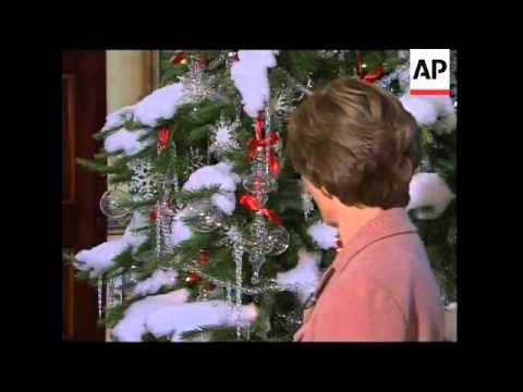 Laura Bush unveils White House holiday decorations