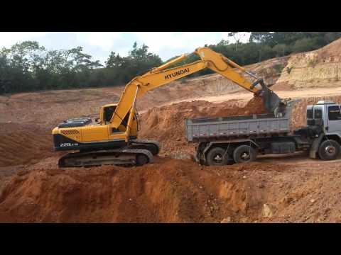 Escavadeira HYUNDAI 220 na jazida ...