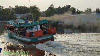 Những con tàu biển chạy tốc độ cao, và tiếp Pô nổ khiếp thật/The train runs too fast.