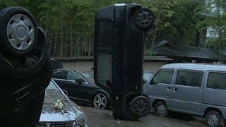 شاهد: سكان يستغيثون ومنازل مدمرة وسيارة مقلوبة بسبب فيضانات وانزلاقات التربة باليابان…