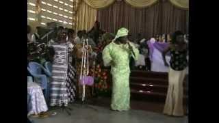 На свадьбе в Африке. Гана.(Песни и танцы на африканской свадьбе., 2012-10-05T11:49:44.000Z)