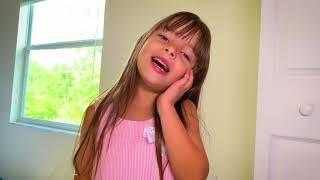 Laurinha brincando de carruagem e vestido de princesa