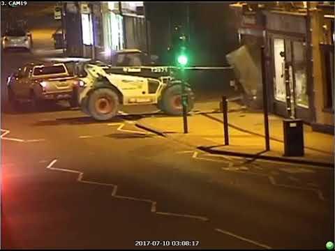 Alla telecamera non sfugge questa scena notturna per le strade della città!