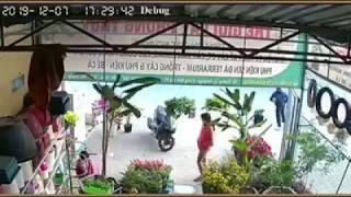 Cẩn cảnh camera quay lại 1 người đàn ông đâm đầu vào xe khách tự tử.