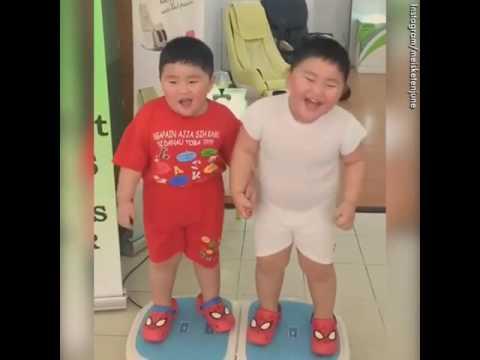 Lustige Zwillinge auf Vibrationsplatte