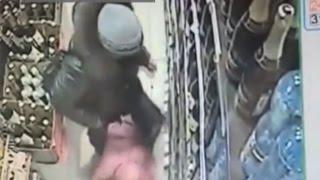 В Череповце разыскивают женщину, избившую ребенка в магазине(, 2016-01-20T07:37:11.000Z)