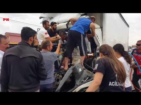 Pamukova da kamyon TIR'a arkadan çarptı kamyonda sıkışan sürücü böyle kurtarıldı