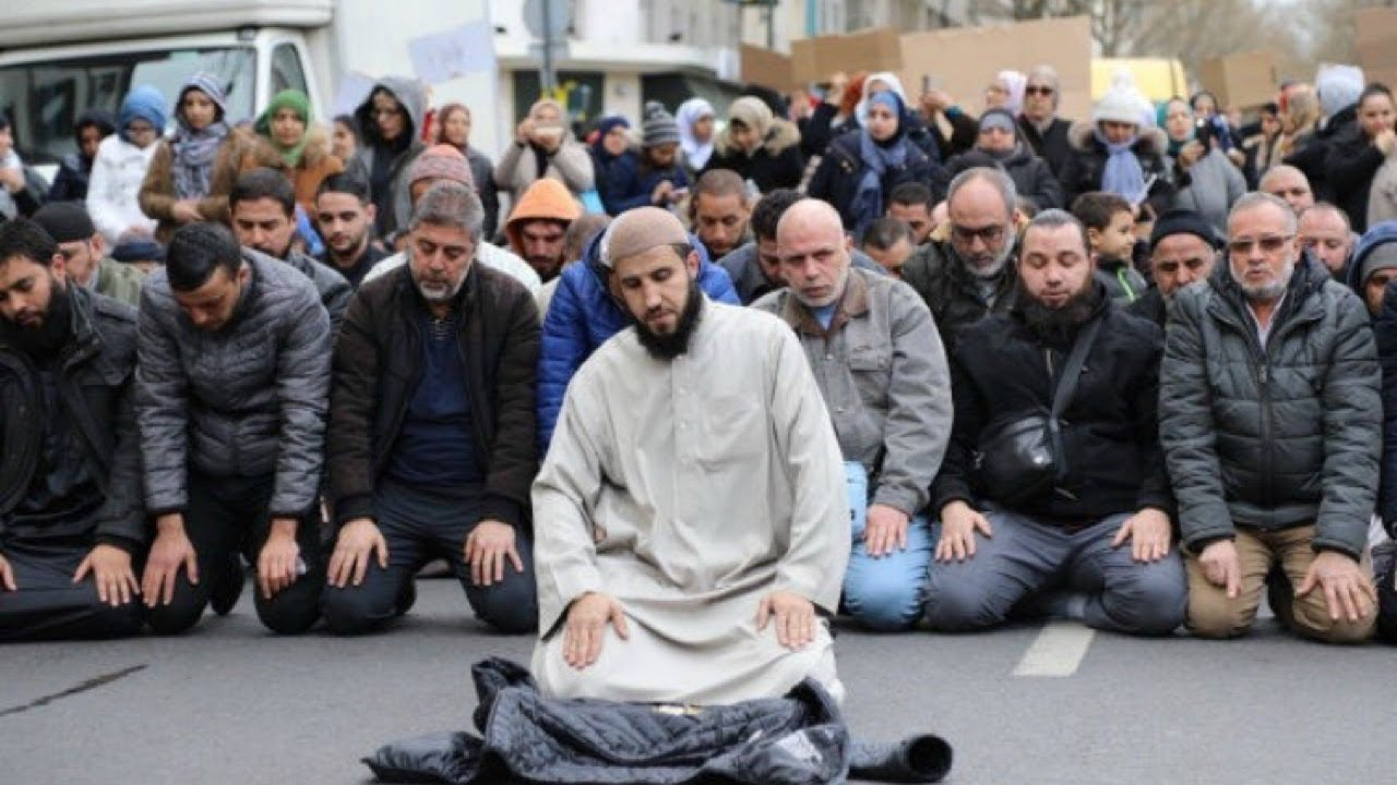 Muslims praying in public has nothing to do with religion ...