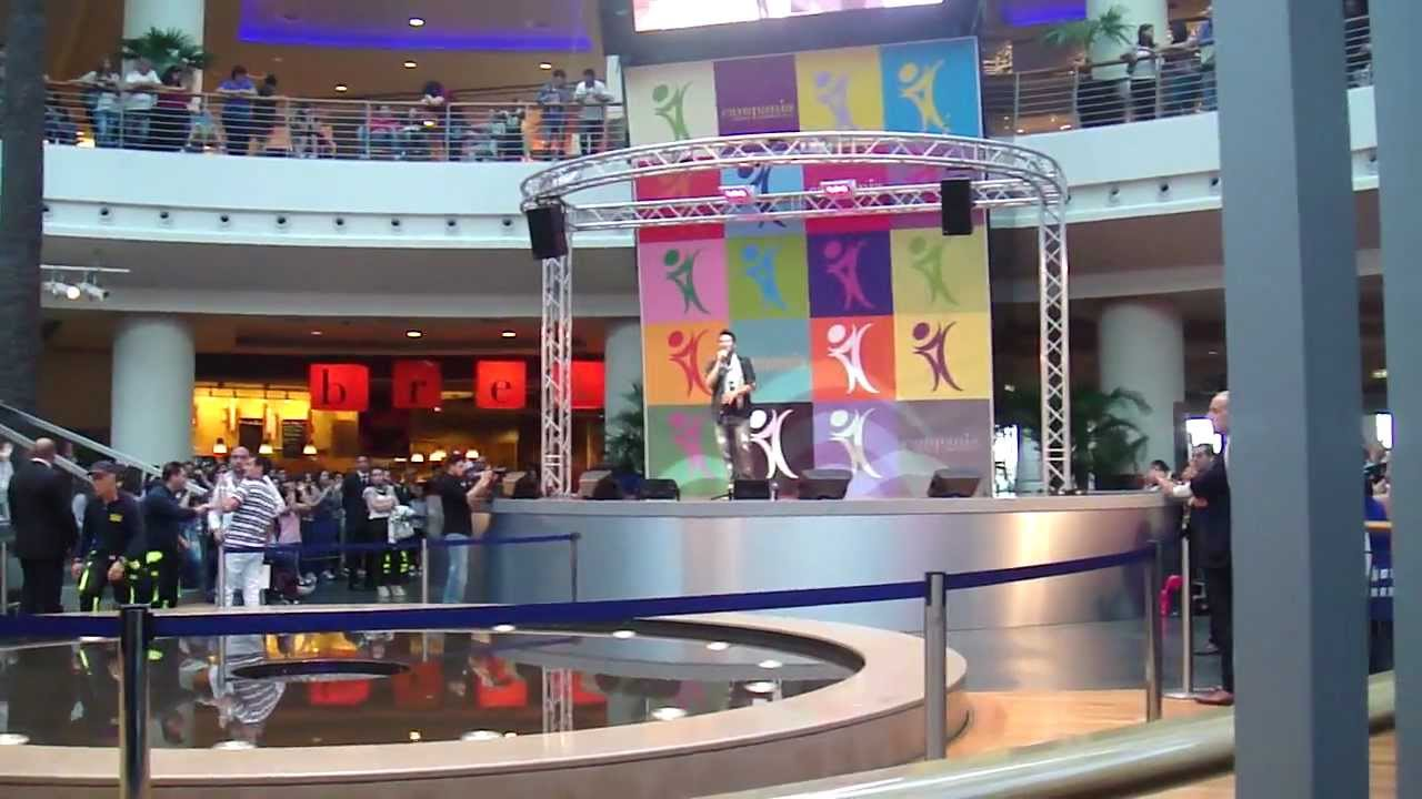 Riprende antonino di amici che canta al centro for Centro commerciale campania negozi arredamento