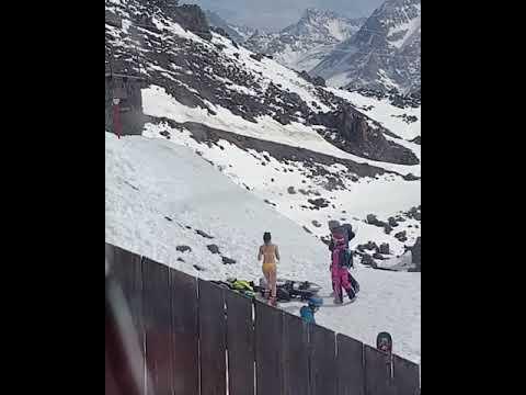 Полуобнаженная туристка делает селфи на фоне гор в КБР