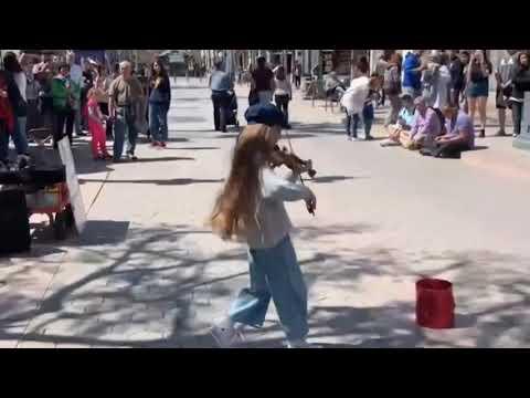 Девочка играет Despacito