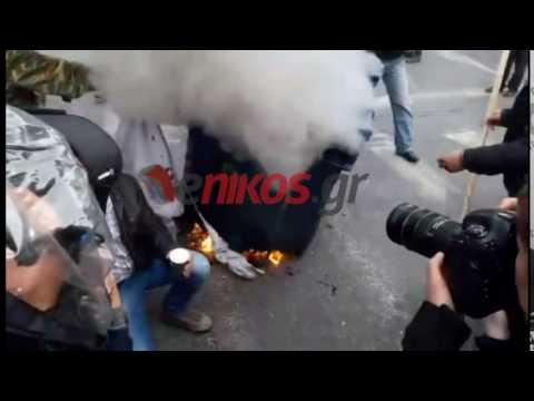 Αγρότες καίνε τη σημαία του ΣΥΡΙΖΑ