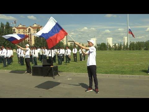 Церемония открытия 50-метрового флагштока и поднятие государственного флага РФ в парке Победы