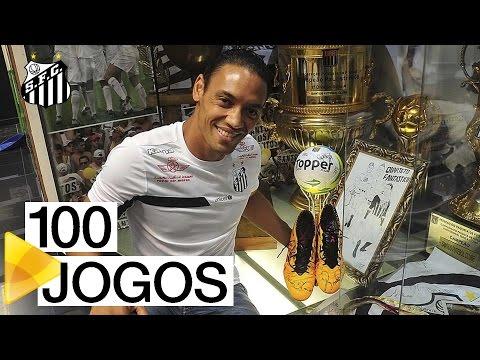 Ricardo Oliveira entrega chuteira comemorativa ao Memorial das Conquistas