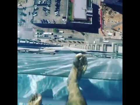 Piscina de vidro no alto de um edificio youtube - Piscinas en alto ...