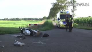 Motorrijder tegen zijkant aanhanger in Vinkenbuurt.