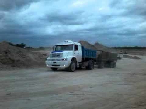 Camiones subiendo cargados con tosca