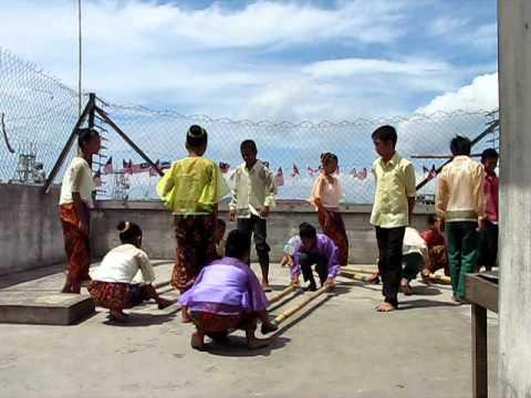 Lahad Datu Kids dancing Singkil, Philippine Bamboo Pole Dance