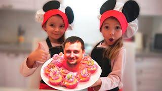 Ксюша и Арина готовят сладкие десерты для папы
