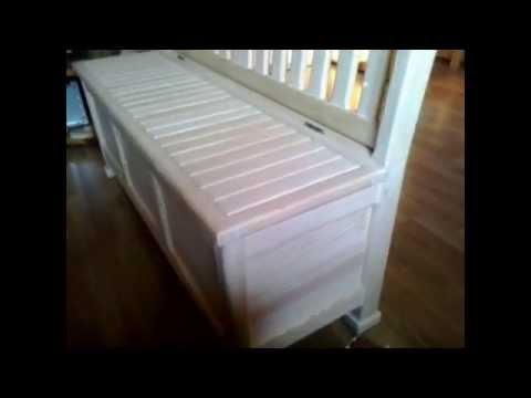 Деревянный кухонный диван.