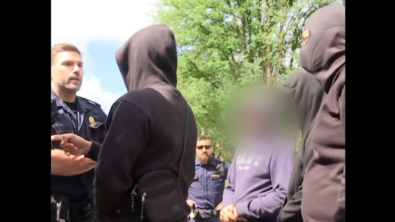 Download Norrby maskerad man stoppa polisen ..  nya Sverige !! masked man stop the police ..Sweden 23/06/2021