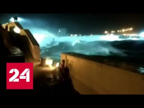 Санкт-Петербург оказался в зоне сильнейшего шторма - Россия 24