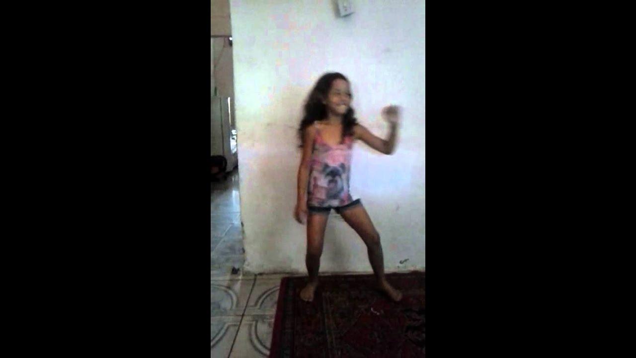 Menina dançando a vingadora