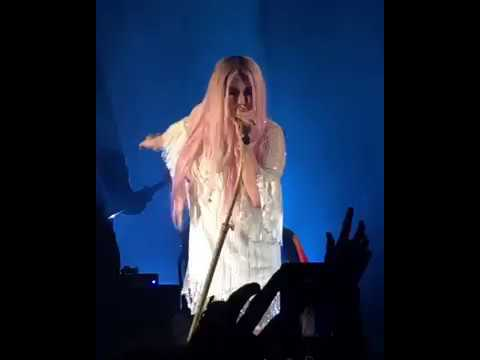 "Kesha - Blow (live in London, Rainbow Tour 2017) | ""This place about to... BLOW!"""