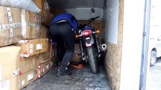 Погрузка мотоцикла в фургон