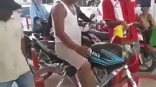 Sepeda isi bensin di Pom Bensin