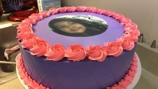 Decorando pastel para niña en color morado.