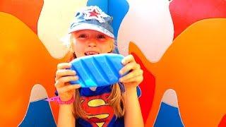 Polina jugando a las escondidas con muñecas en el patio de recreo.