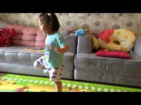 陳莘亞在跳鄭多燕的舞蹈-2014年8月3日2歲3個月