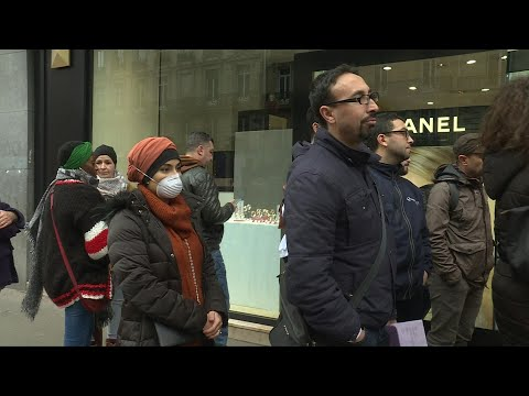 Coronavirus: à Paris, la pagaille pour les usagers d'Air Algérie | AFP News