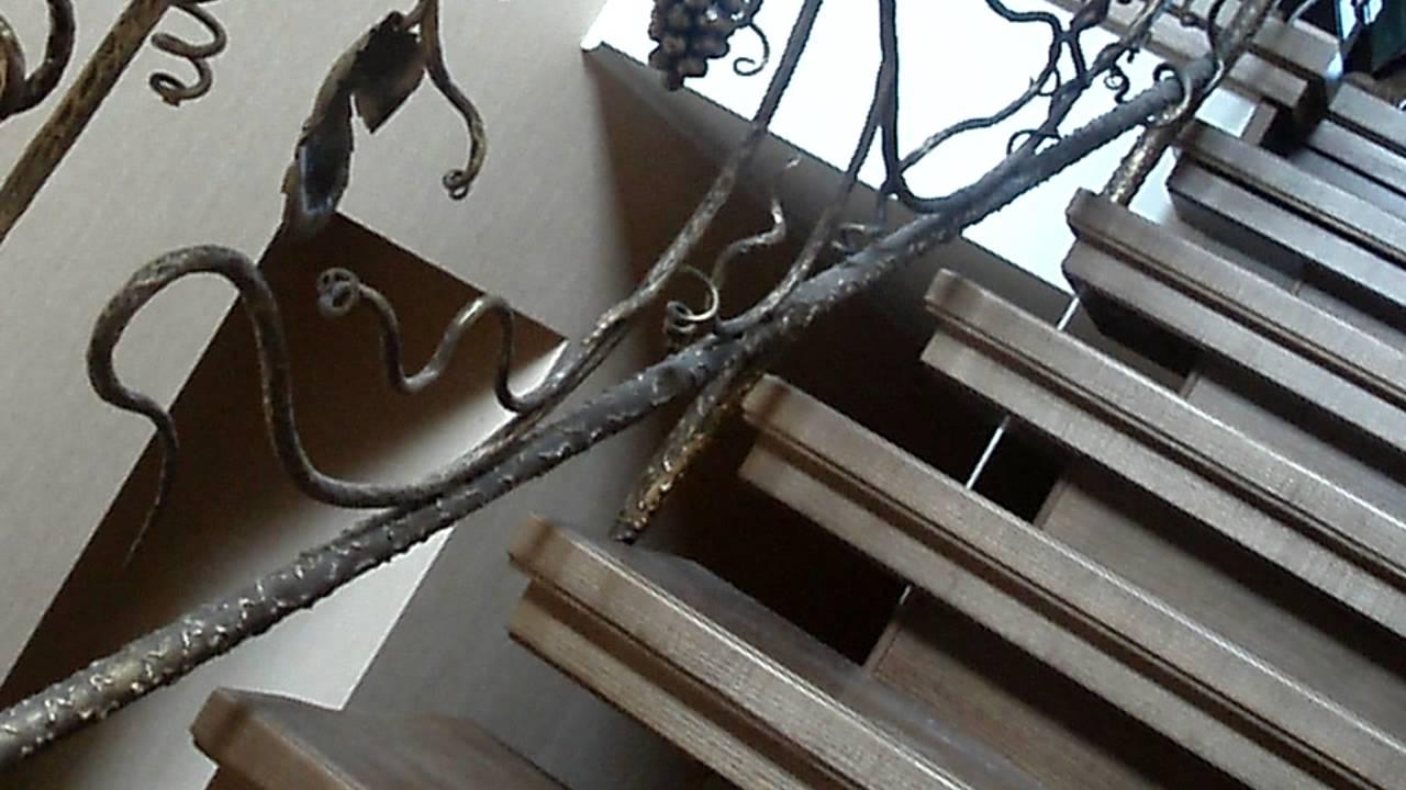 Белые деревянные поручни для кованых перил лестницы в частном доме .