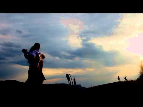 нудистка-танцует-на-берегу видео
