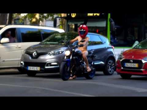 Un motorista completamente desnudo sorprende a los transeúntes por las calles