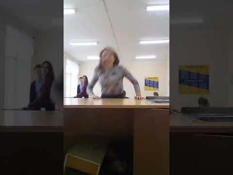 Учитель бьёт ученицу